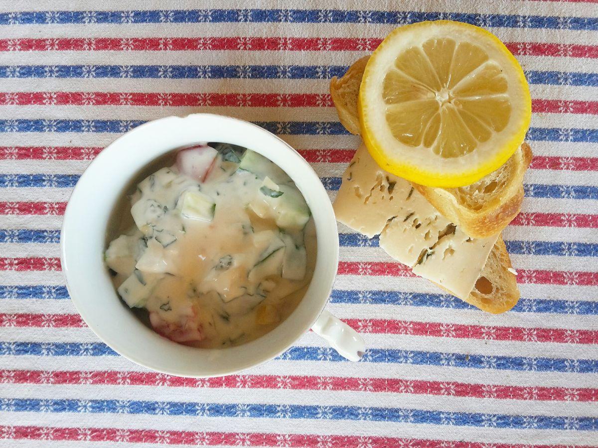 Házikenyér, házi sajt, citrom a salátába - 38 fokos melegben is isteni étel.